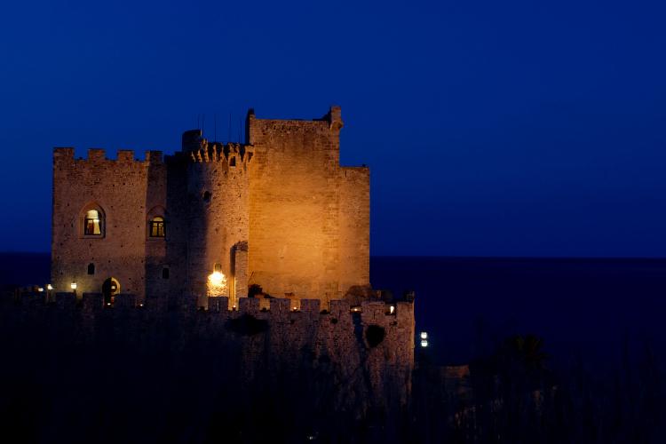 Il castello di</br>Roseto Capo Spulico e Federico II